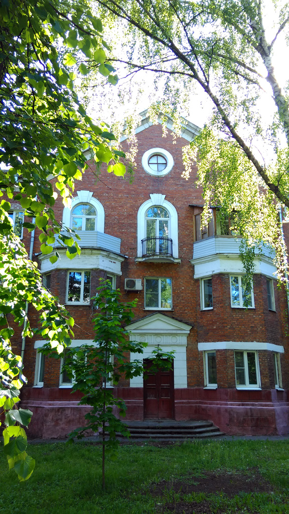 Трёхэтажный трёхподъездный кирпичный жилой дом. Видное.