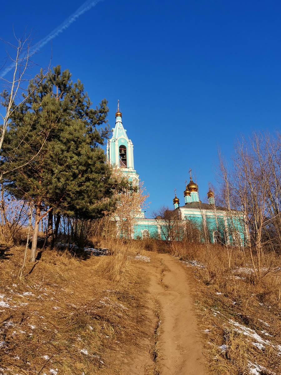 Оглядываемся на храм и на склон, где практически нет снега.