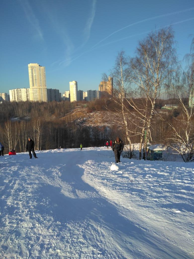 Поднимаемся по снежному склону Восточного Крылатского холма