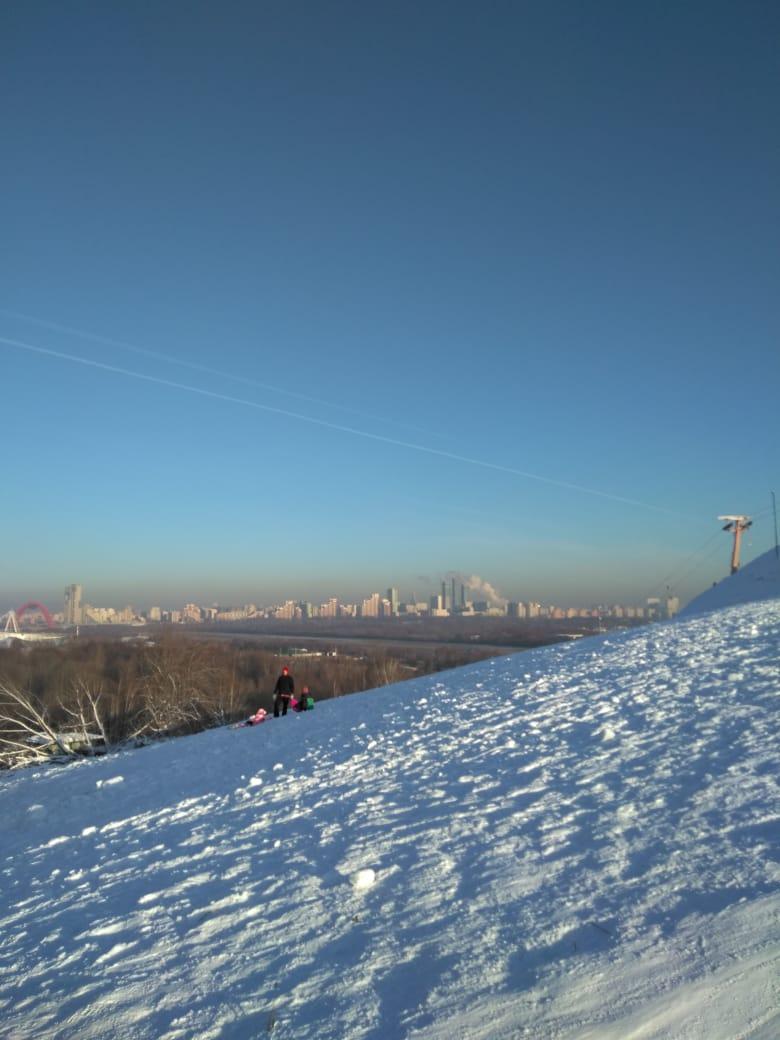 Западный склон Восточного холма оккупирован детьми на санках и ледянках...