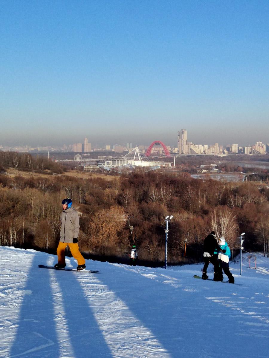 А с противоположенного склона работают подъемники и основной спуск. Здесь катаются лыжники и сноубордисты...