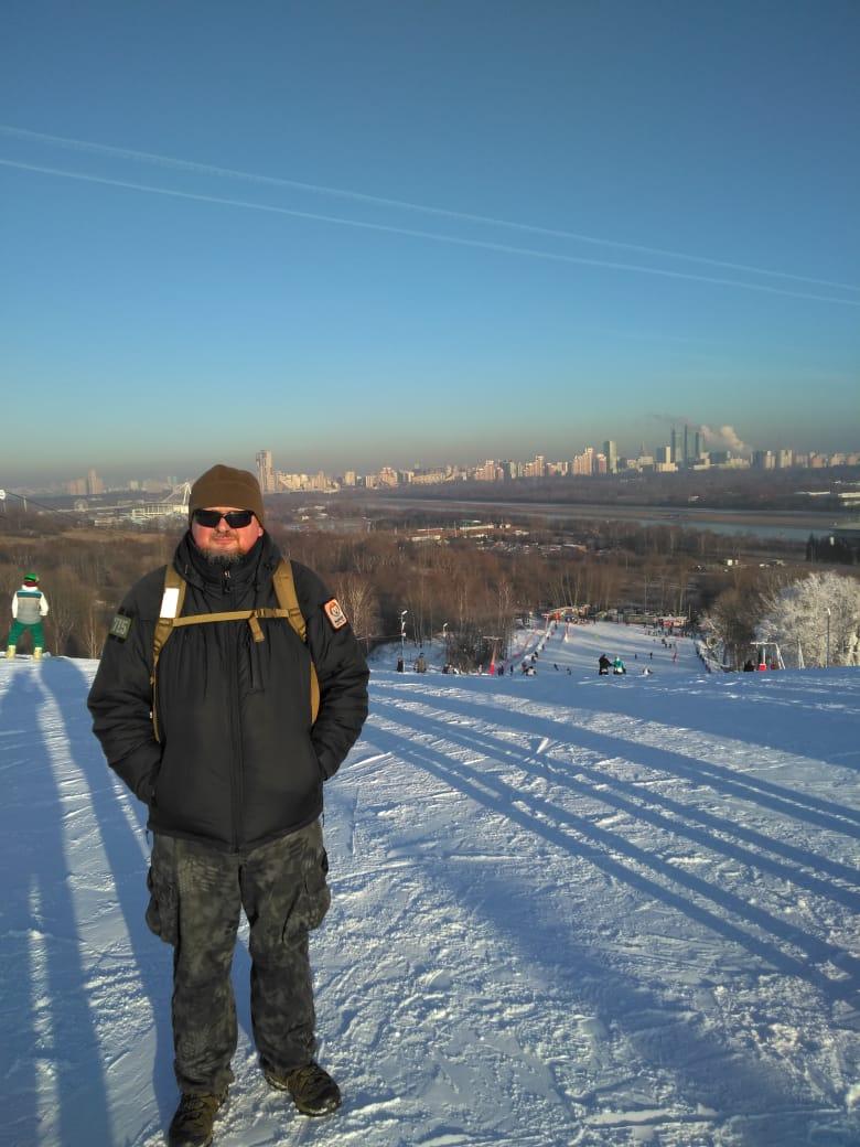 Автор на фоне спуска и панорамы Москвы...