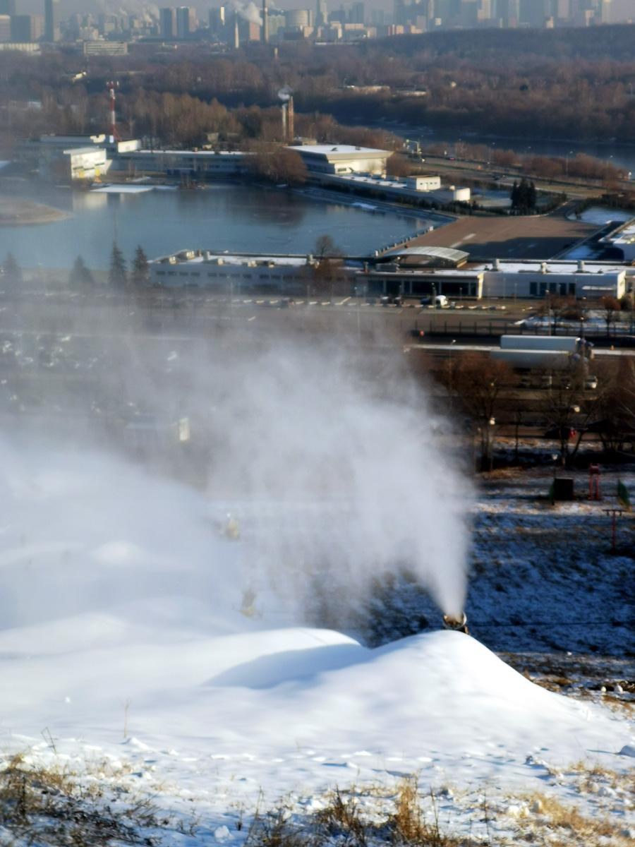 А помимо шикарных видов, на холме есть снежные пушки, горнолыжные спуски с подъемниками и ратраки.