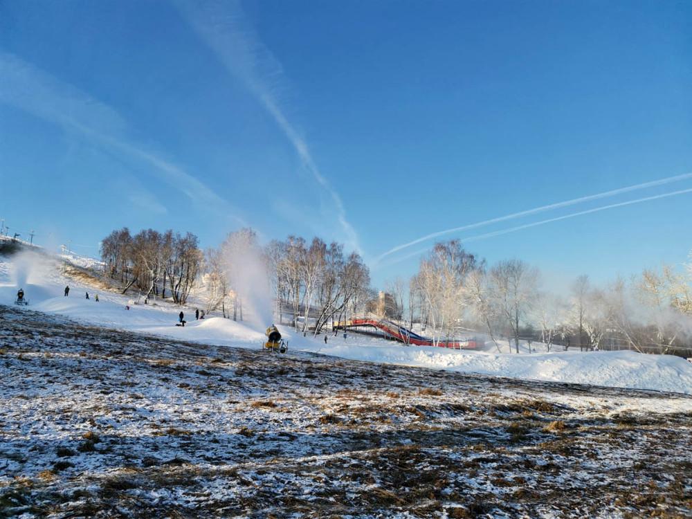 Пушки насыпают снежные холмики и заодно украшают инеем кроны деревьев.