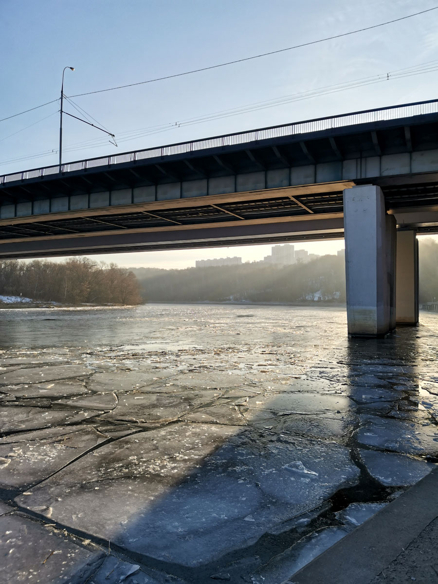 Покидаем парк Крылатские Холмы и идем к набережной. Крылатский мост. Точнее два параллельных моста.