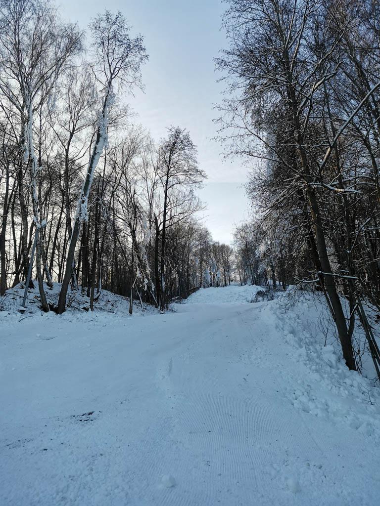 Здесь также работают снежные пушки и ратраки. Почти подготовленный горнолыжный спуск.