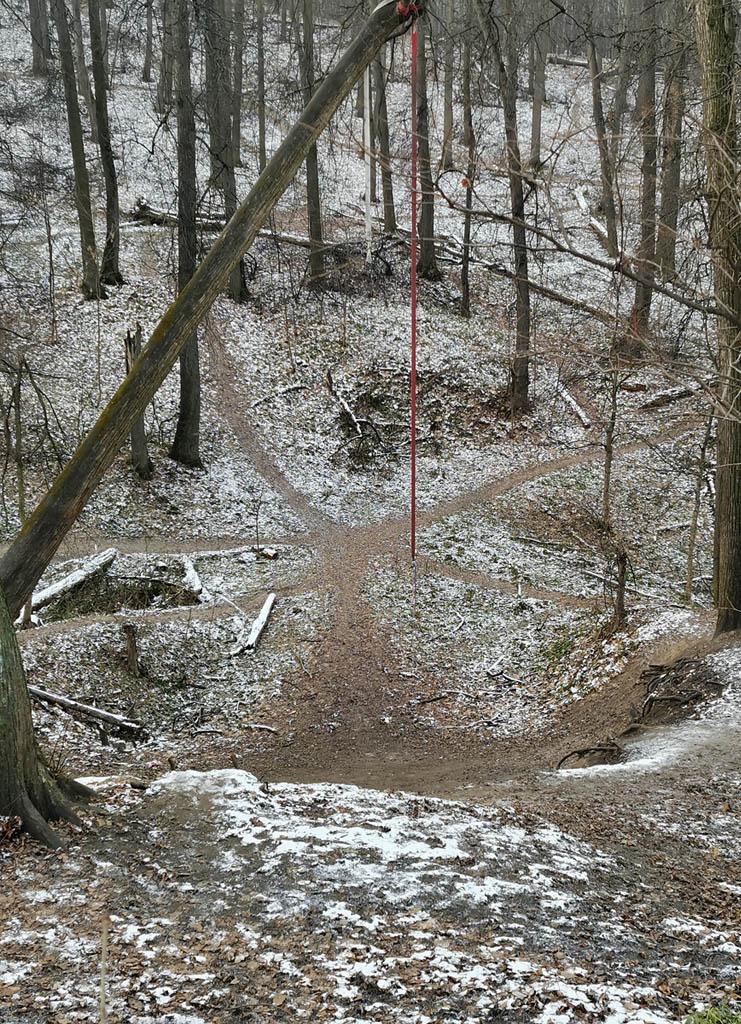 С вершины хорошо видно, как сходятся тропинки парка, образуя интересные фигуры. Красный канат тарзанки напоминает виселицу. В общем, очень атмосферное место. Здесь уже можно снимать не сказки, а фильмы ужасов)))