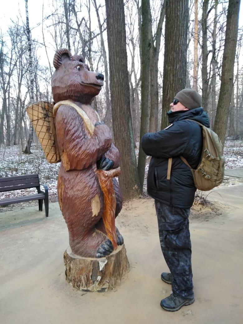 На детской площадке парка встретил медведя с рюкзаком и треккинговой палкой...Тоже походник, наверно)))