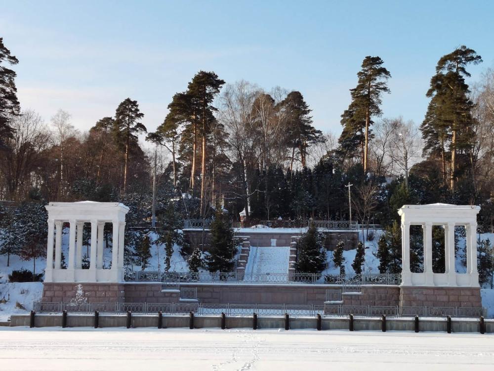 Сооружена в 1932–1937 гг. по проекту архитектора В. А. Петрова. Как причал сейчас не используется.