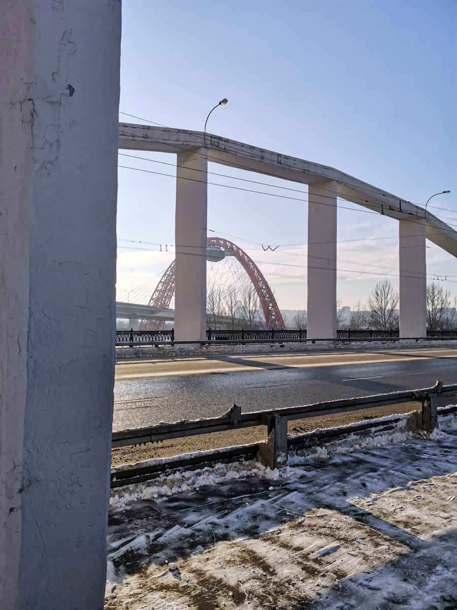 Мост построен в 1937 году, инженер А. А. Белоголовый, архитектор И.С. Фридланд. Общая длина моста 187,4 м, ширина 25 м (проезжая часть — 19,0 м). Однопролётный, арочный железобетонный. Высота пролета в пределах судоходной полосы 14,0 метров от нормального подпорного уровня.