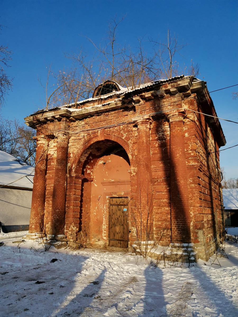 Каменное одноярусное строение располагается между двумя конюшенными корпусами. Выстроено в конце 1760-х – начале 1770-х гг. по проекту архитектора Е. П. Ключарёва.