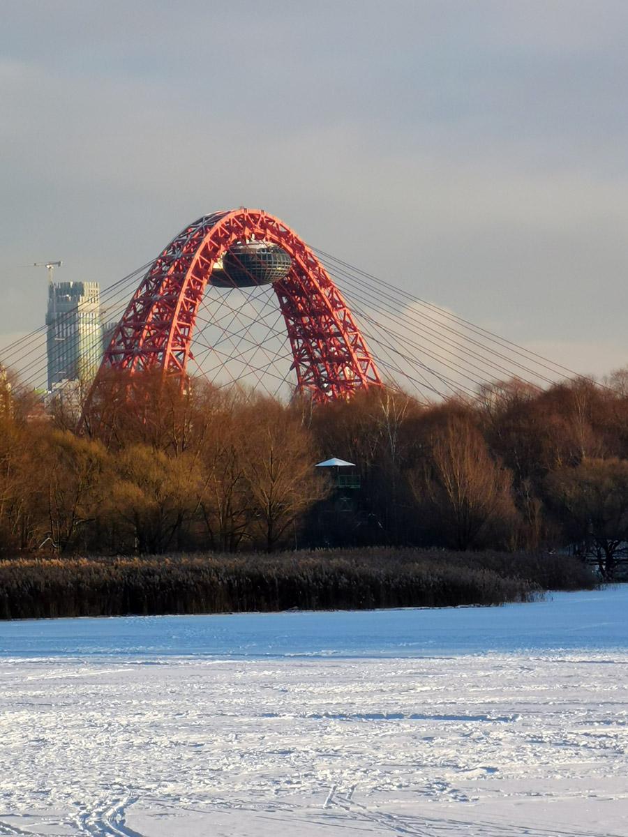 Высота моста 105 метров.