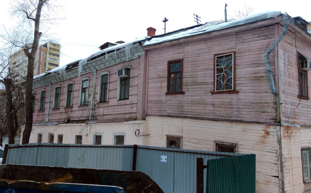 И продолжим про дом В. Ширяева. Двухэтажный дом с резными пилястрами и карнизом деревянного второго этажа на каменном основании. Выстроен в 1852 г. для сдачи в наем недорогих квартир.