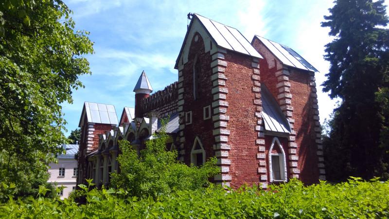 Дом церковнослужителей в усадьбе Суханово. Пожалуй, самый удобный и потому популярный ракурс для фото.