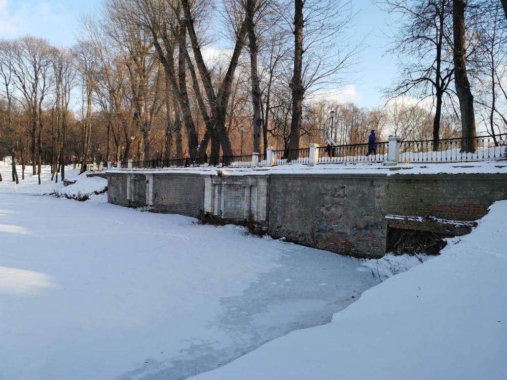 Плотина Венеры. Мост-плотина главной (липовой) аллеи Головинского сада между Головинским и Восьмигранным прудами. Построена в XVIII веке.