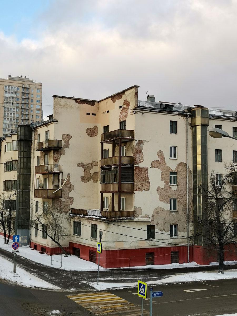 Пяти-шестиэтажный десятиподъездный кирпичный жилой дом в стиле конструктивизма, относится к архитектурному ансамблю жилмассива «Русаковский»