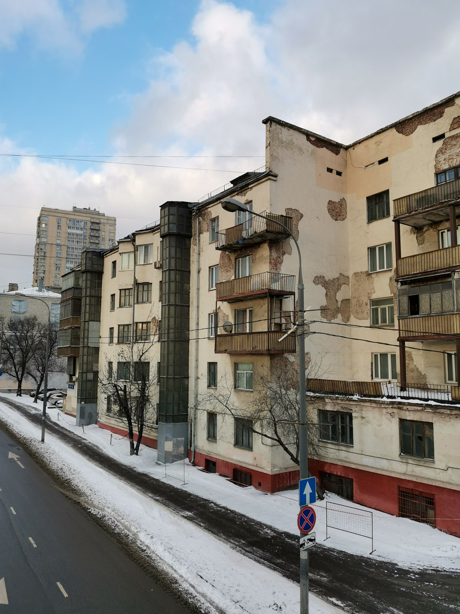 Построен в 1929 году для железнодорожников. Один из первых кооперативных домов в Москве. Задумывался как дом-коммуна. В доме были ясли, располагающие большой террасой, домовая кухня, прачечная (действовала до конца 1990-х гг.). Жилой дом отличается сложной формой в плане, переменной этажностью. Одна из жертв Собянинской реновации.