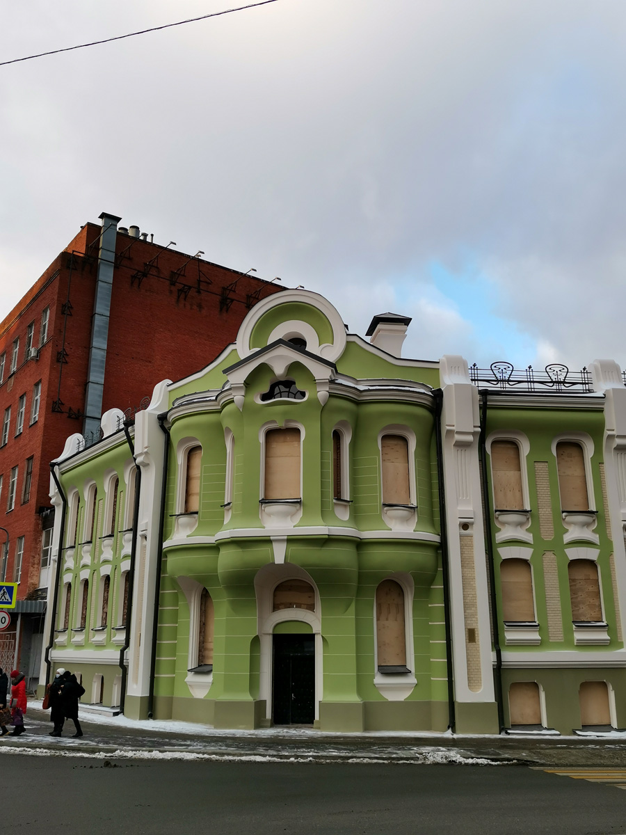 Жилой дом Абрикосовых. Наконец-то сняли строительную сетку и можно увидеть обновленный фасад фисташкового цвета...