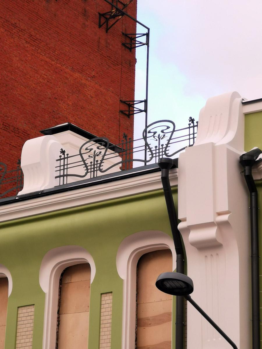 Решетка ограждения крыши отремонтирована.