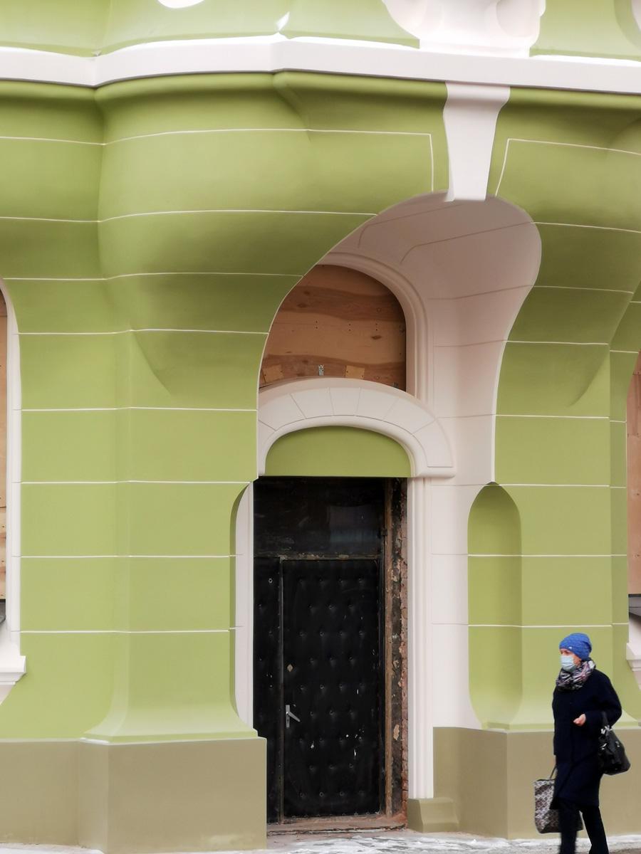 Пока установили вот такую временную дверь. Кстати, интересно, двери будут новые или отреставрируют исторические...