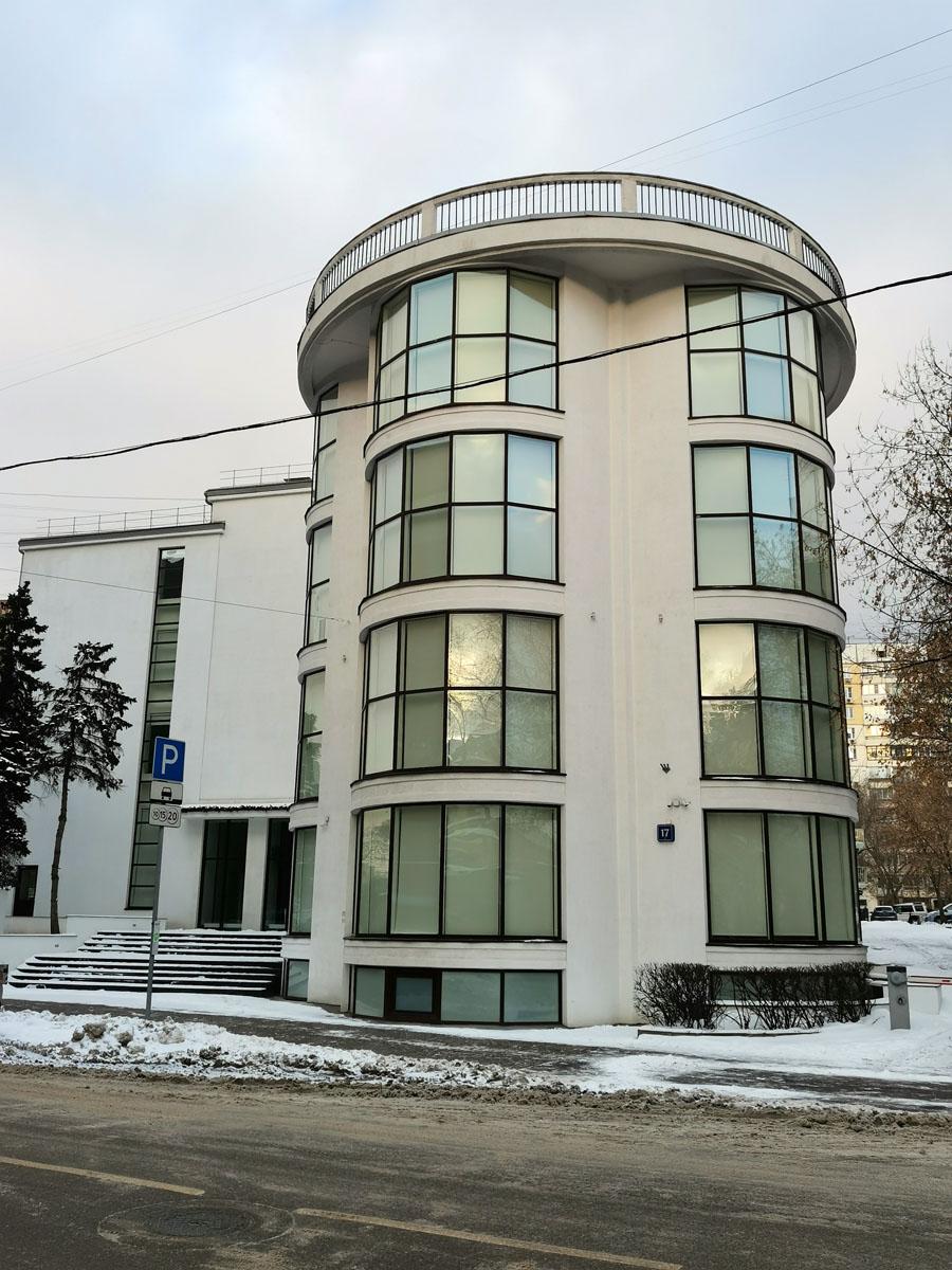 Напротив расположен клуб фабрики «Буревестник» — 1927—1929 годы, архитектор Константин Мельников.