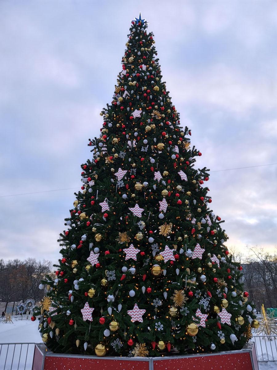 Новогодняя елка там же...
