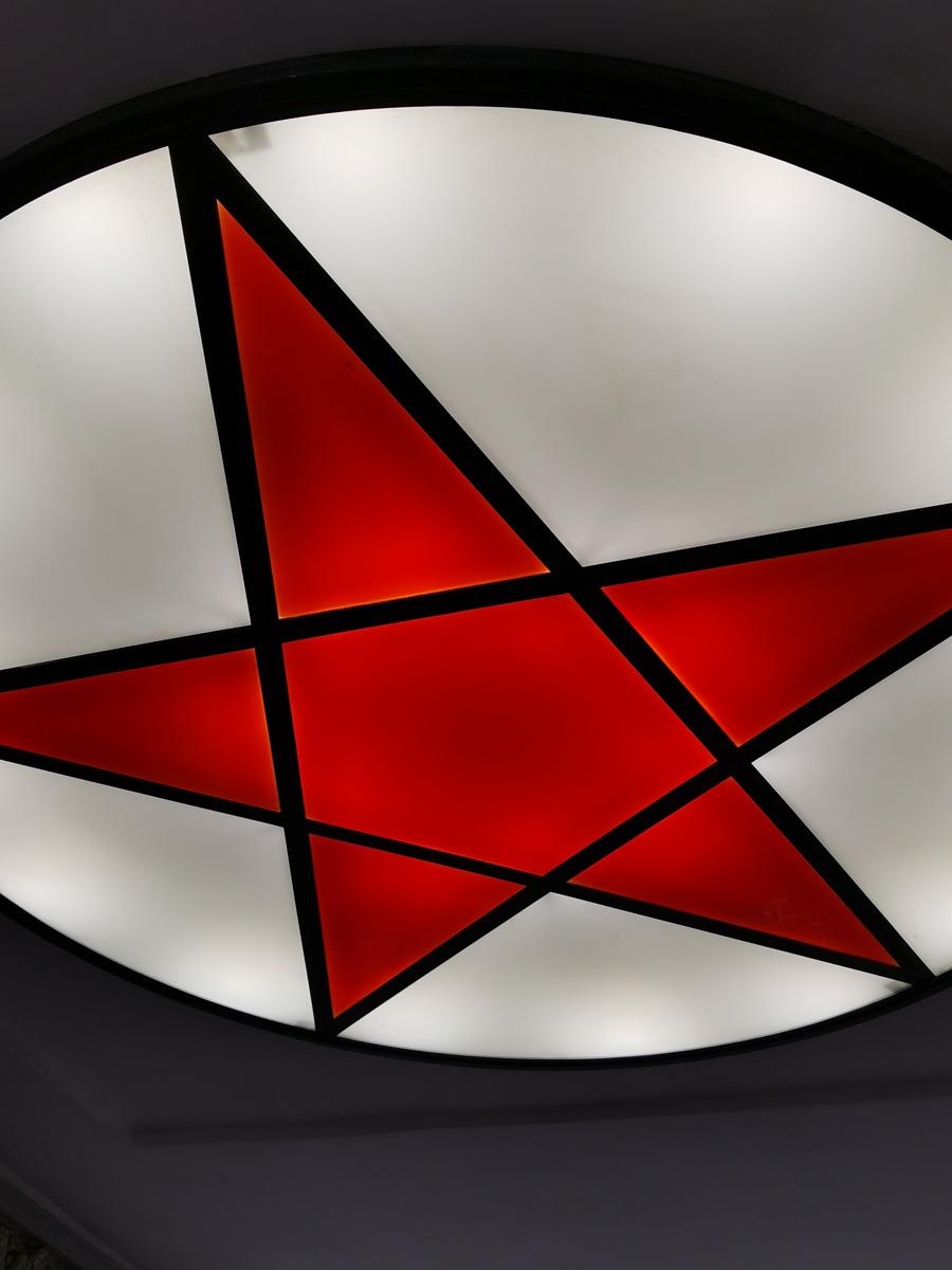 Плафон-витраж в виде пятиконечной звезды на потолке арки вестибюля.