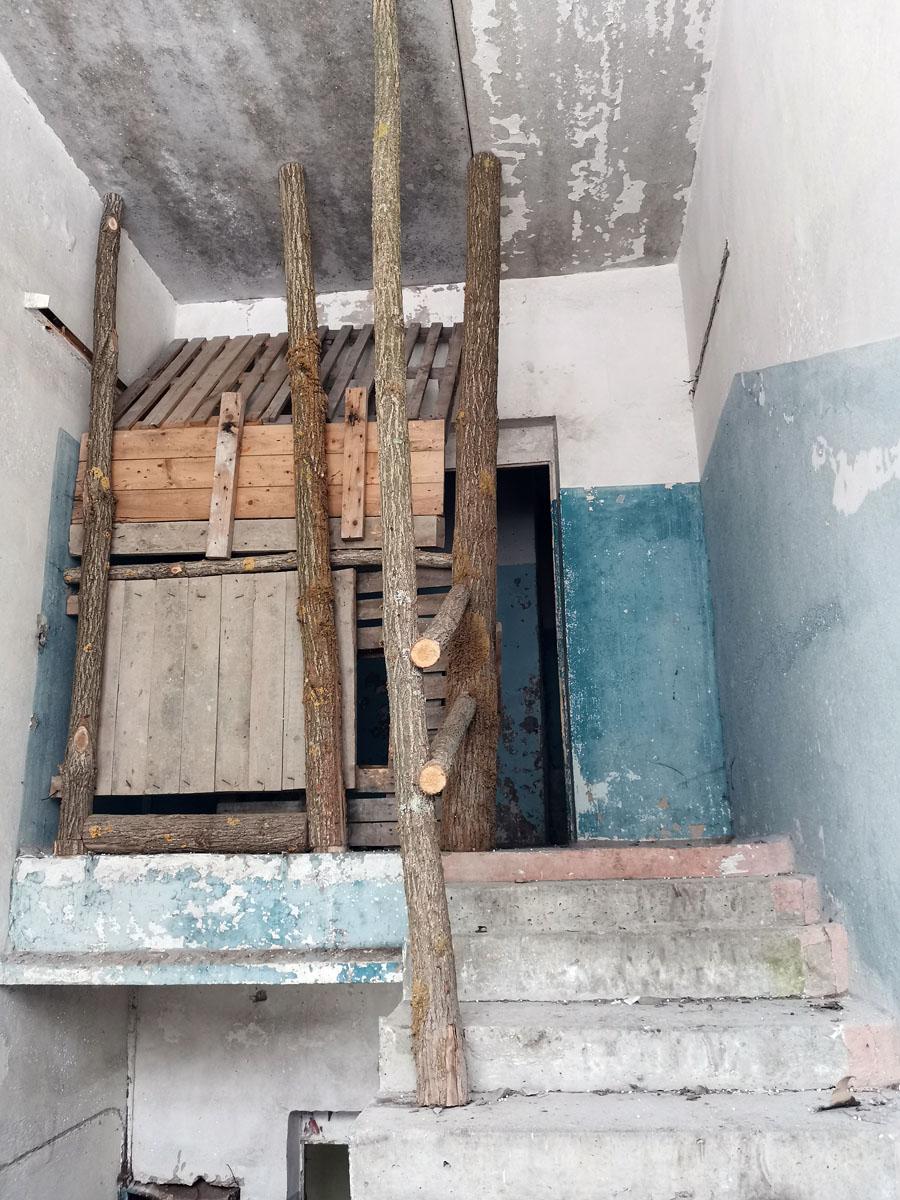 Последний рубеж обороны на лестничной клетке здания