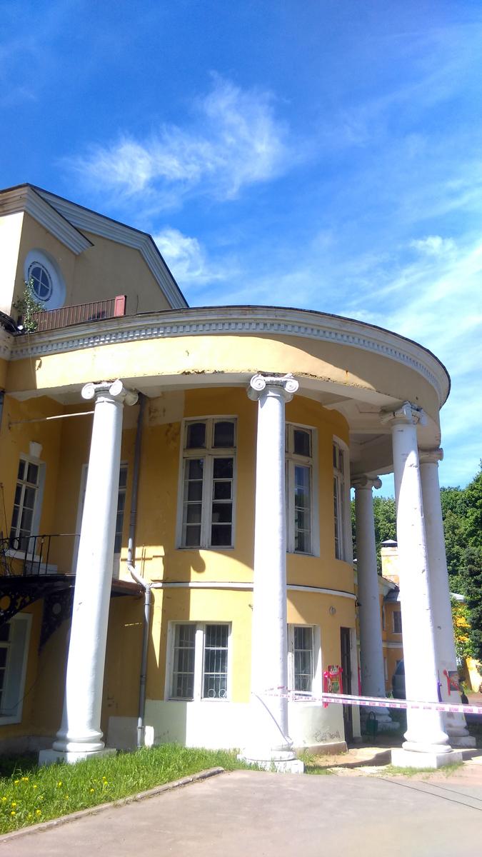 Восточный фасад Главного Дома усадьбы украшает полуротонда с чугунными лестницами и балконами
