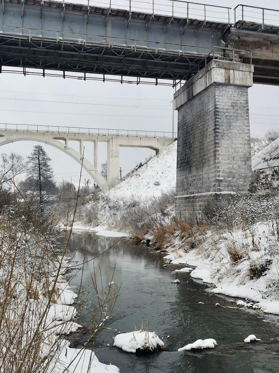 Ближе двухпутный мост построен в 1902-1904 годах.