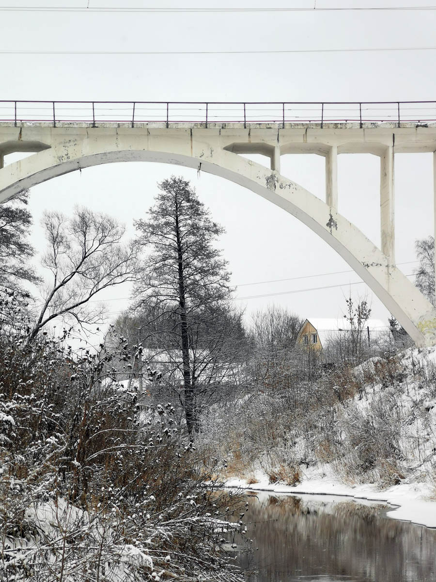 """Третий путь МДЖД (Московско-Донбасской Железной Дороги) начали строить в 1932 году, чтобы доставить на московские ТЭЦ донбасский уголь. Мост третьего пути построили в 1934 году, на нем две надписи """"1934"""" и """"17 лет октябрю"""""""