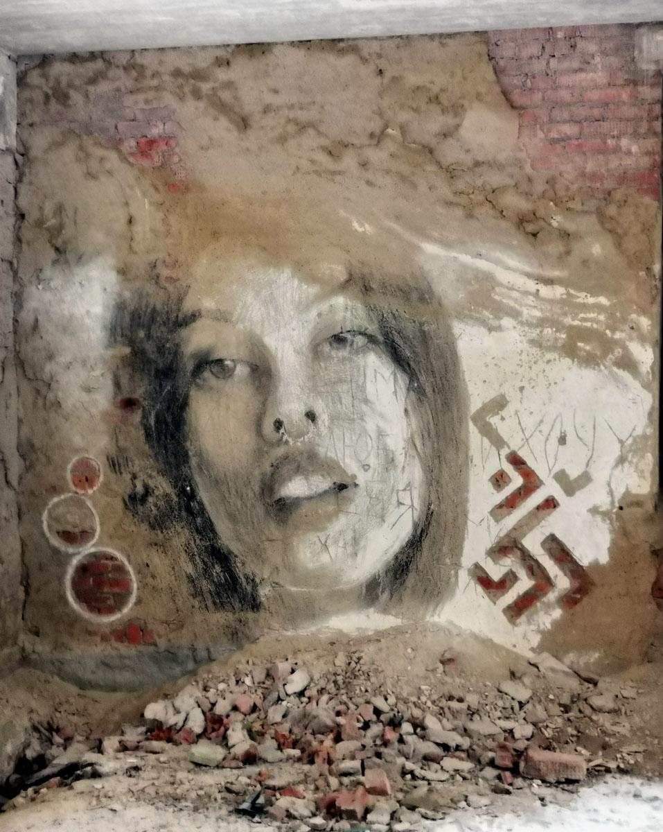 На стенах внутри и снаружи красивые портреты девушек. К сожалению, многие портреты пострадали от вандалов и от времени...