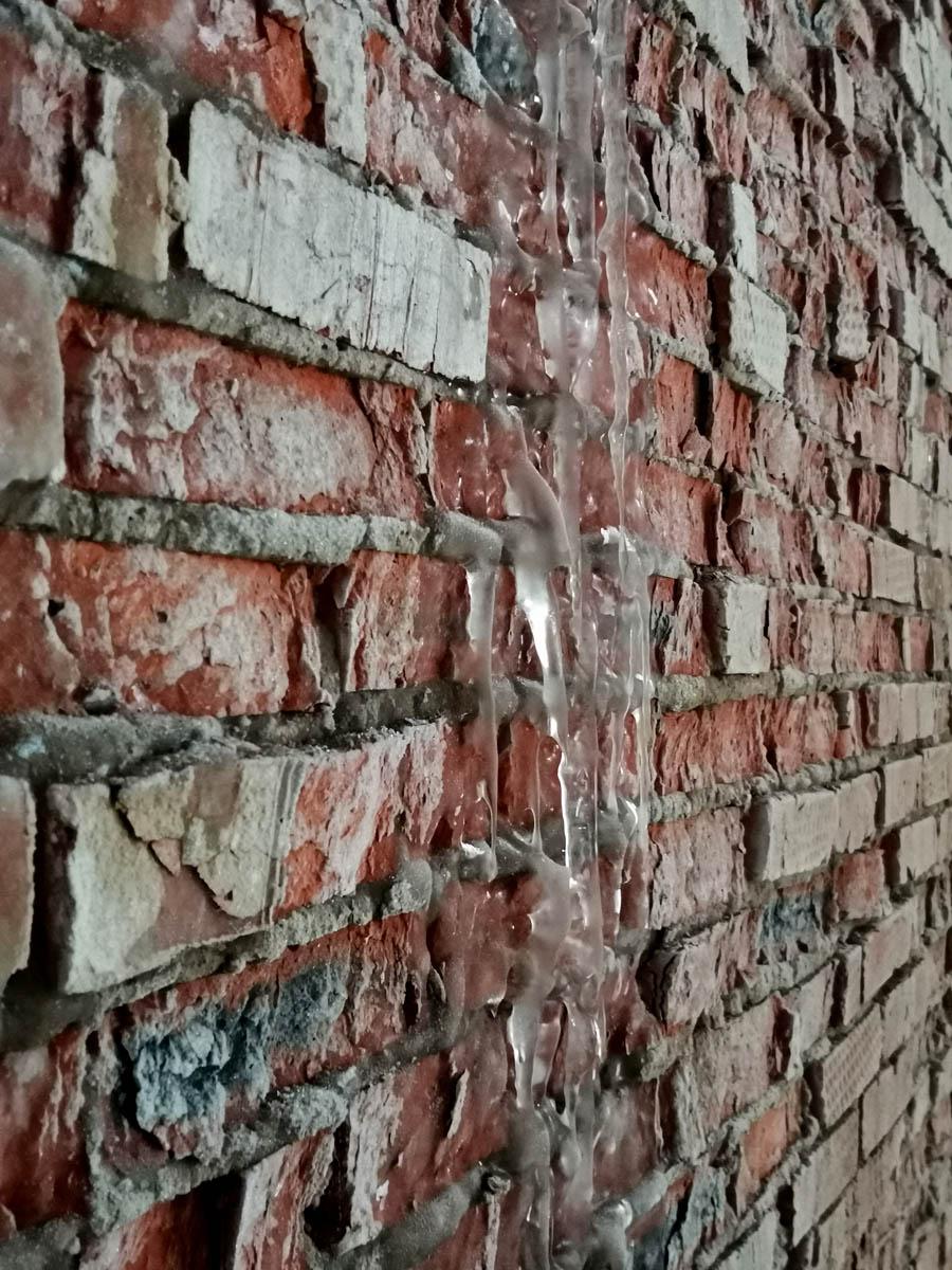 Внутри на стенах сосульки