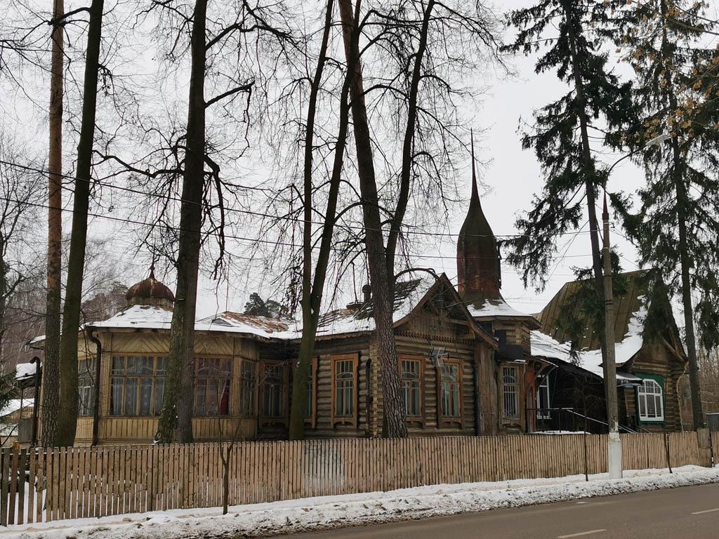 Общий вид дома за деревьями... Первое, на что обращаешь внимание, характерной формы купол со шпилем...