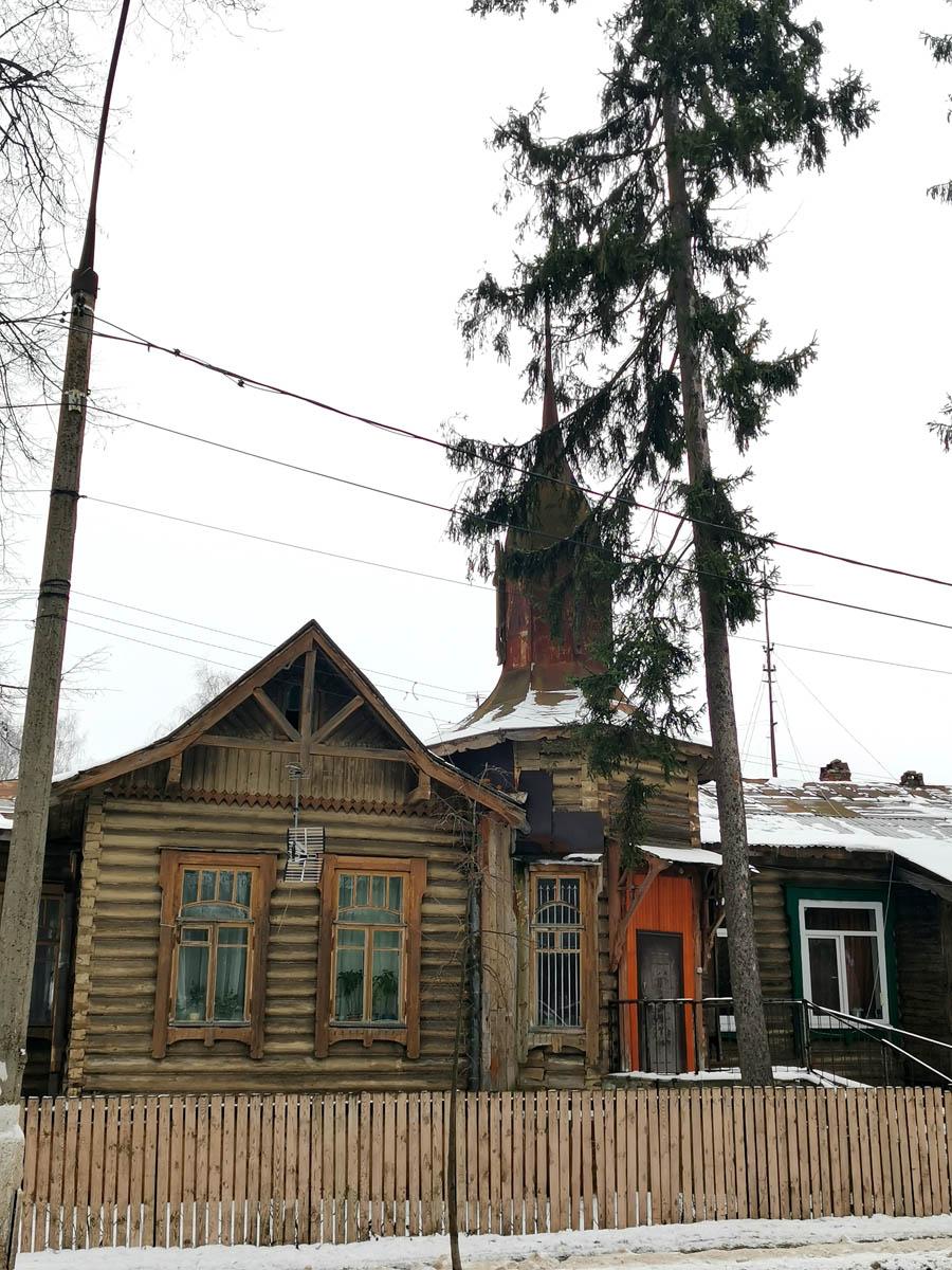 Заборчик невысокий и почти не загораживает дом.