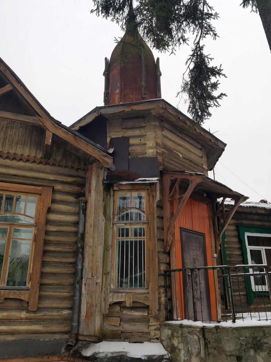 Дом, как и большинство его ровесников,  не в идеальном состоянии. Железные заплатки, чужеродные дверь и вагонка, и куда без них: часть окон заменена на стеклопакеты.