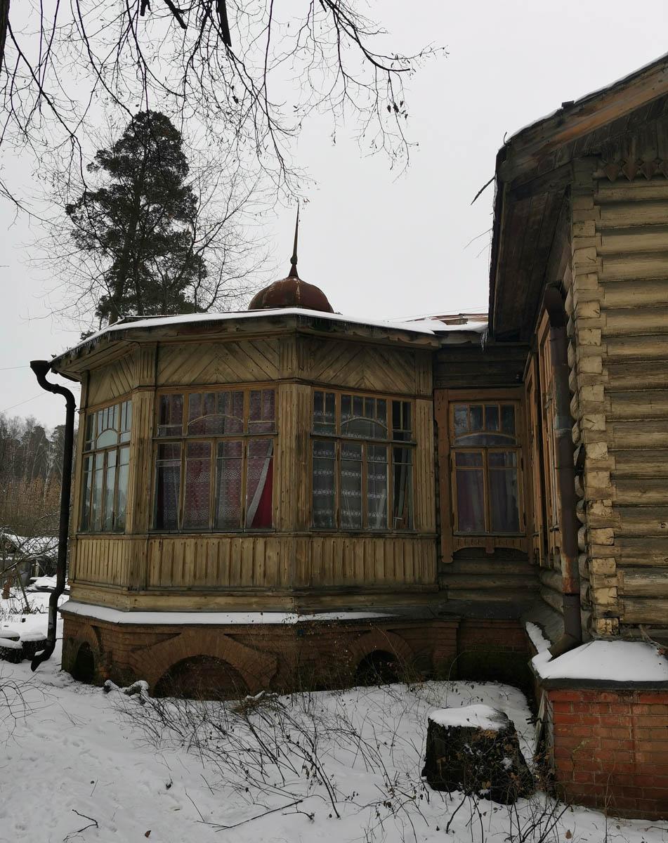 Остекленная терраса также вполне сохранилась. Окна в порядке, куполок со шпилем на месте.