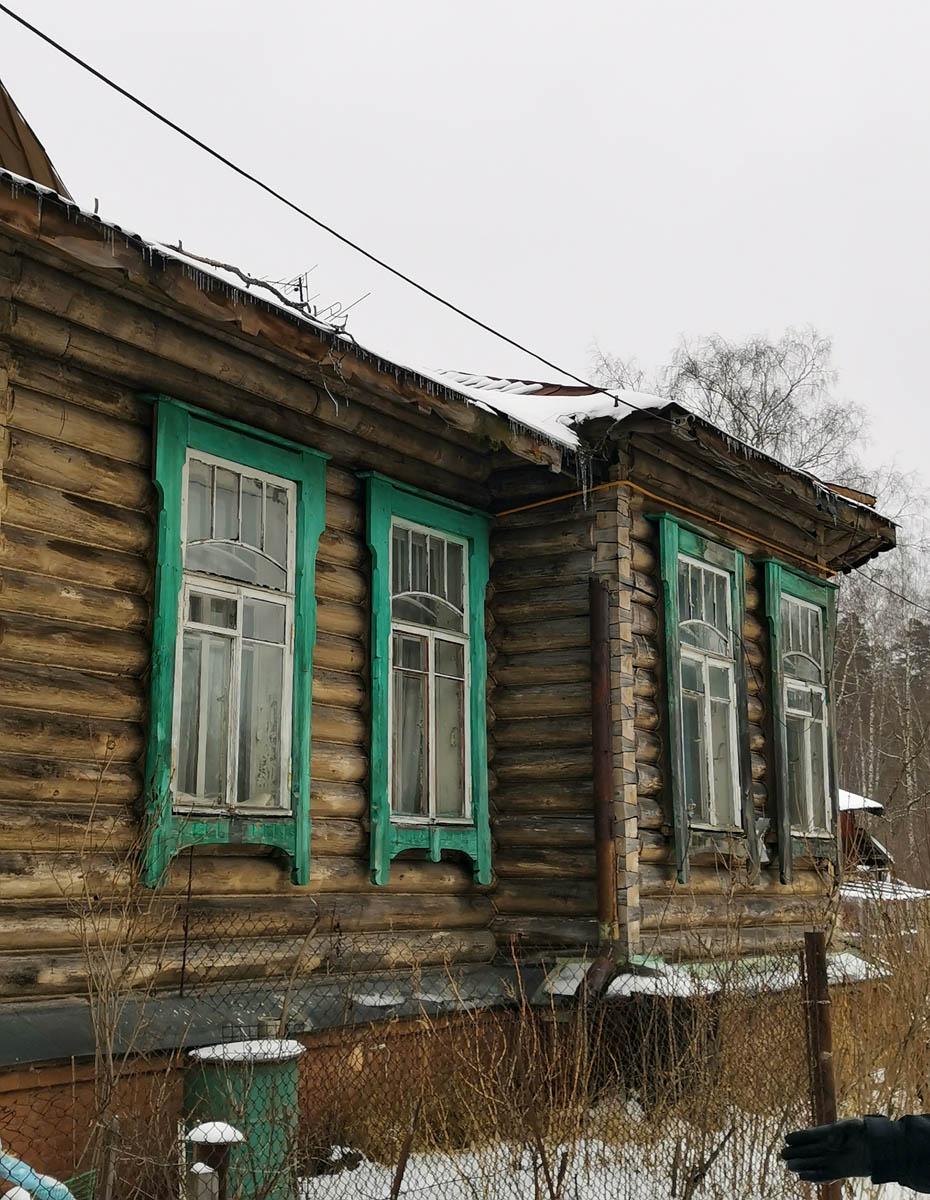 А вот дальняя часть здания с родными окнами. Еще бы подкрасить рамы и наличники. А вот крыша и водосточные трубы требуют ремонта...
