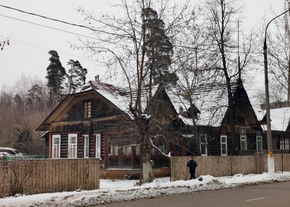 Ул. Санаторная д. 20. Одноэтажный деревянный жилой дом 1917 года постройки. Количество квартир: 2.