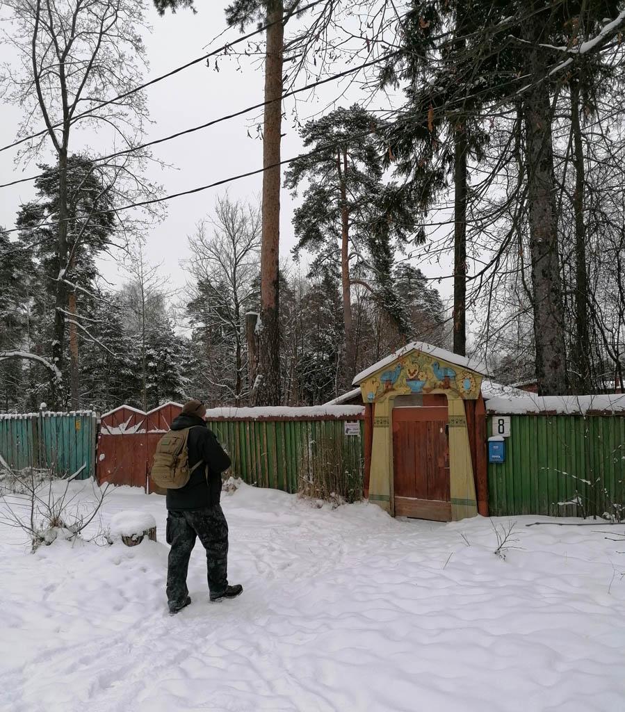 От забора остались только столбы и то на малой части от прежнего периметра участка. Забор заменен на обычный повыше.