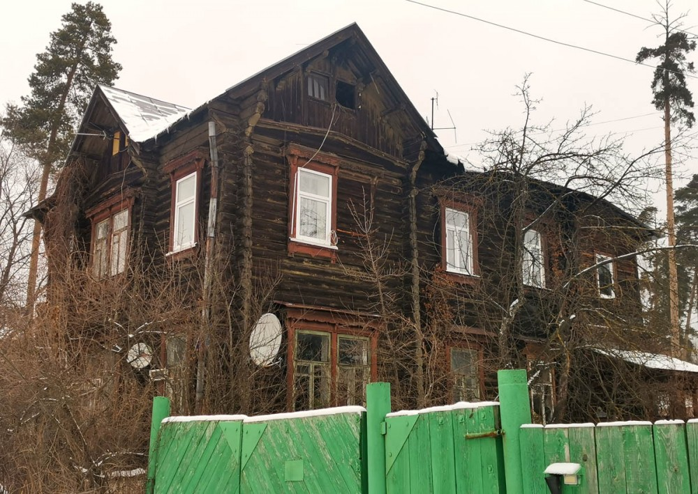 №6. Двухэтажный деревянный жилой дом 1925 года постройки. Количество квартир: 3.