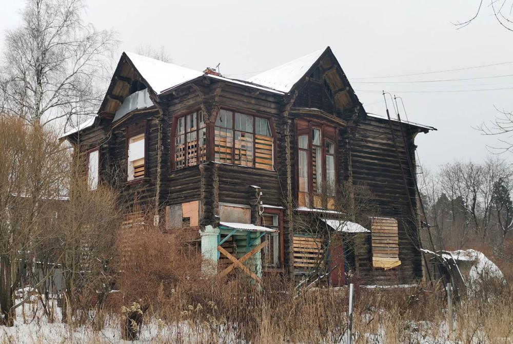 №8. Двухэтажный деревянный жилой дом 1917 года постройки. Количество квартир: 4.