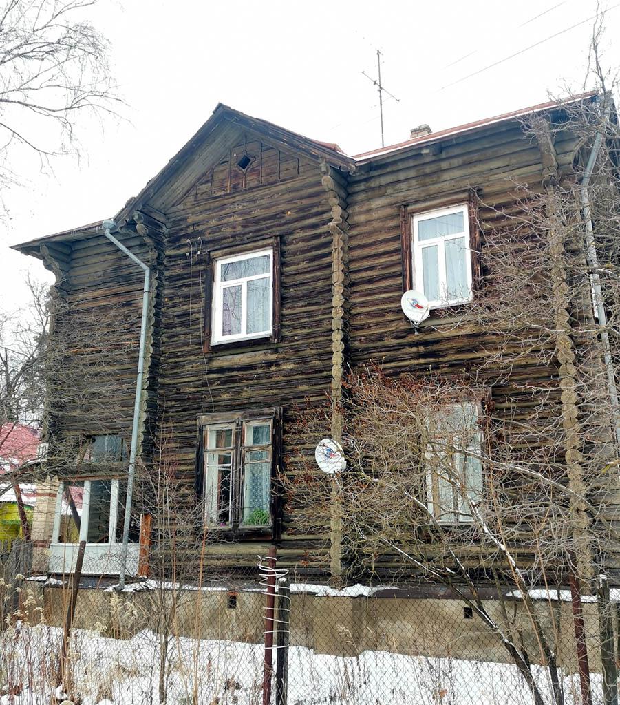 №10. Двухэтажный деревянный жилой дом 1918 года постройки.