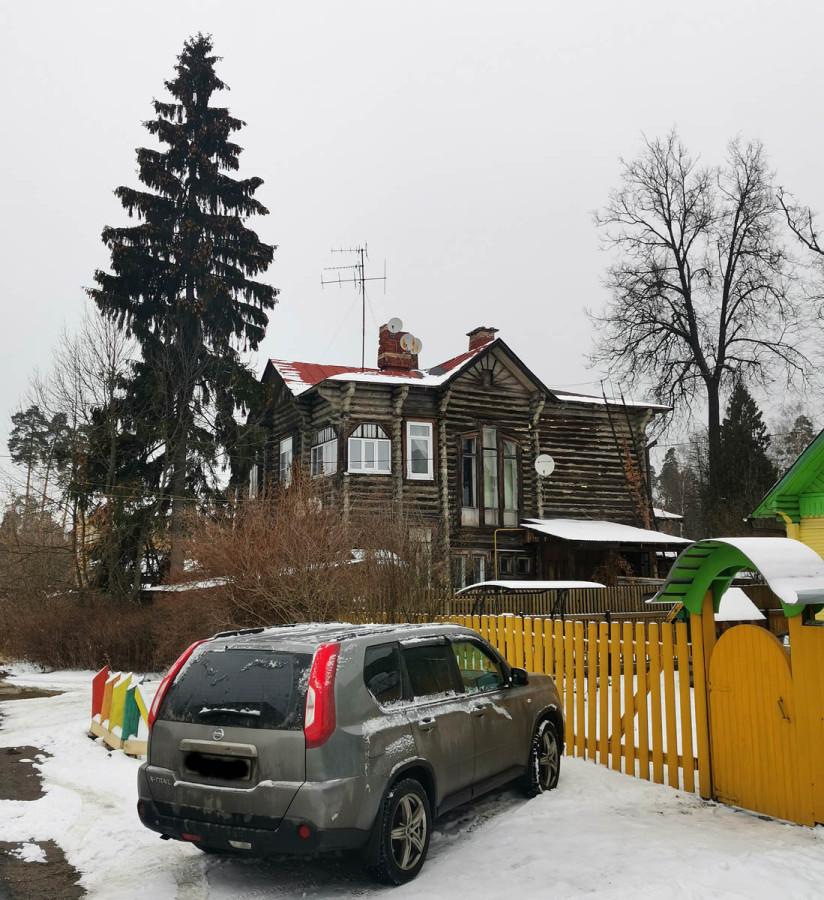 №14. Двухэтажный деревянный дом 1917 года постройки. Количество квартир: 4.