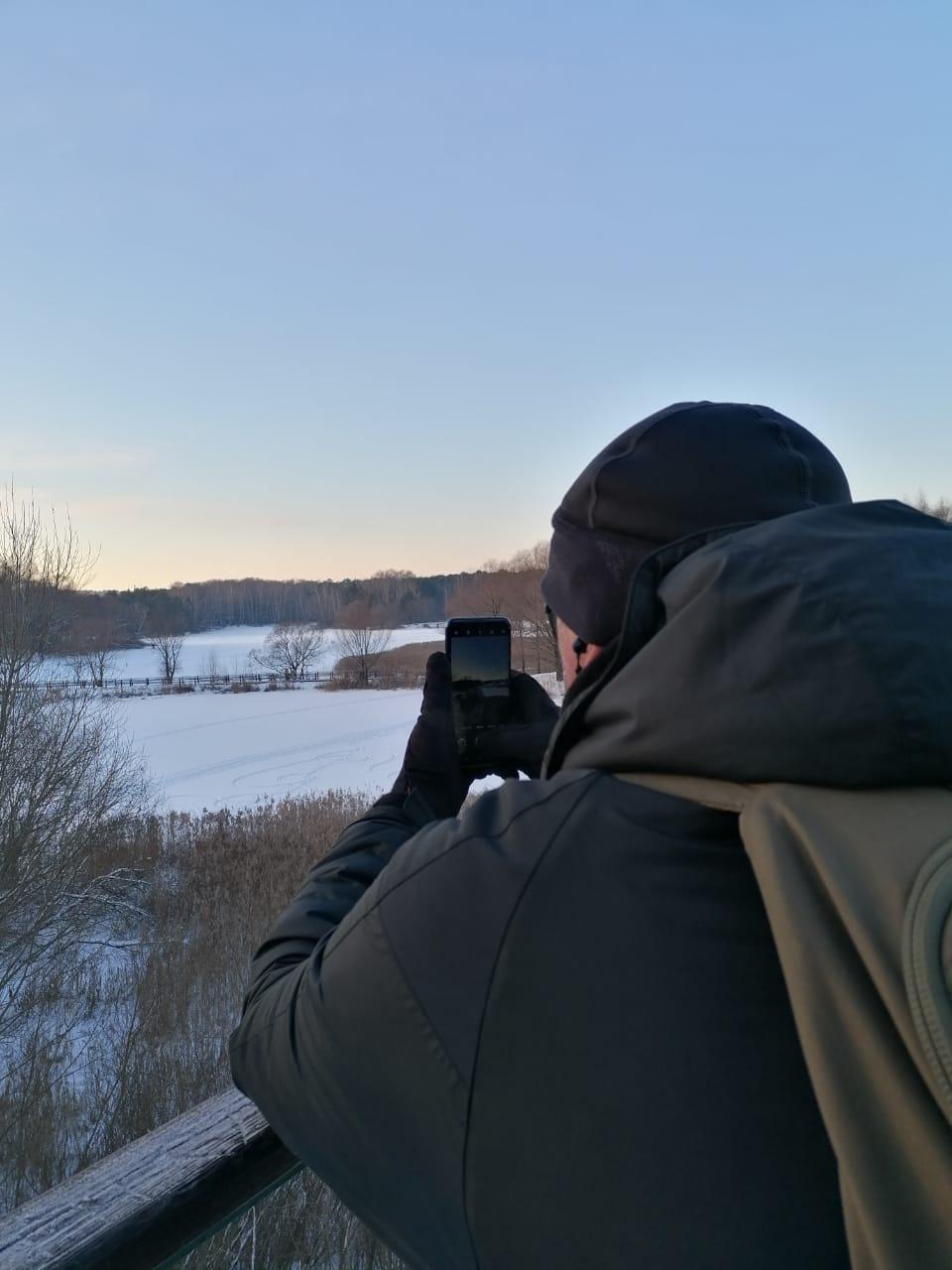 Фотографирую Бездонное озеро со смотровой вышки в Серебряном Бору.