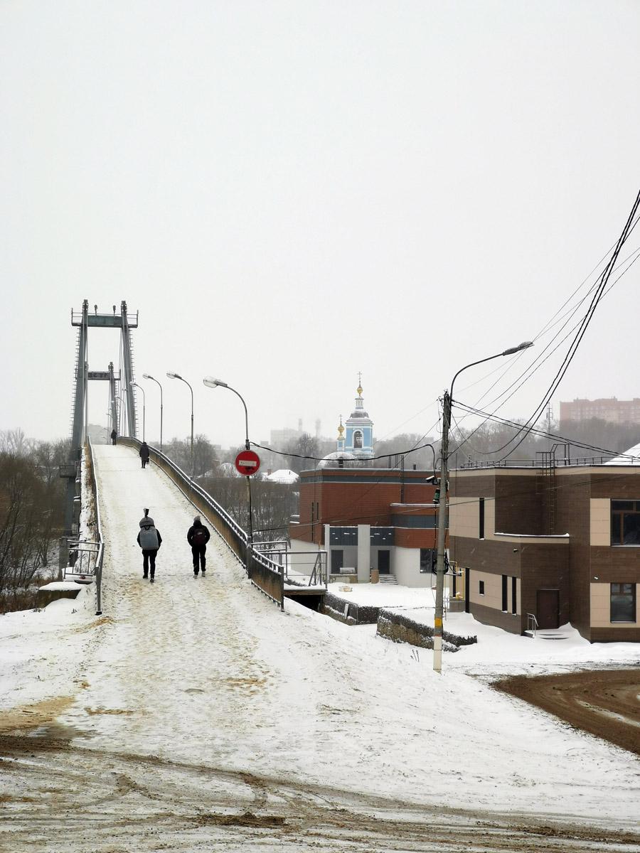 А мы идем к пешеходному мосту через Москва-реку.