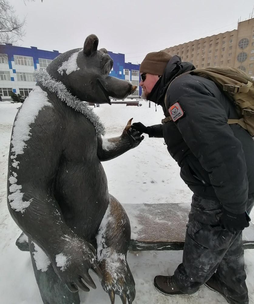 Добрый медведь из популярного мультика и автор поста... есть у меня забава фоткаться с фигурами мишек...