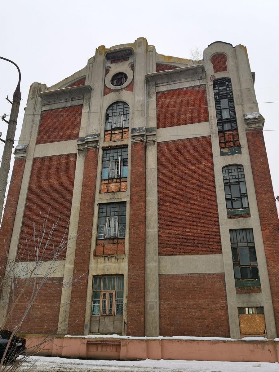 Время и варварское отношение к зданию не прошло бесследно... Окна частично заложены кирпичом, некоторые забиты листами ОСП, где-то просто битые стекла...