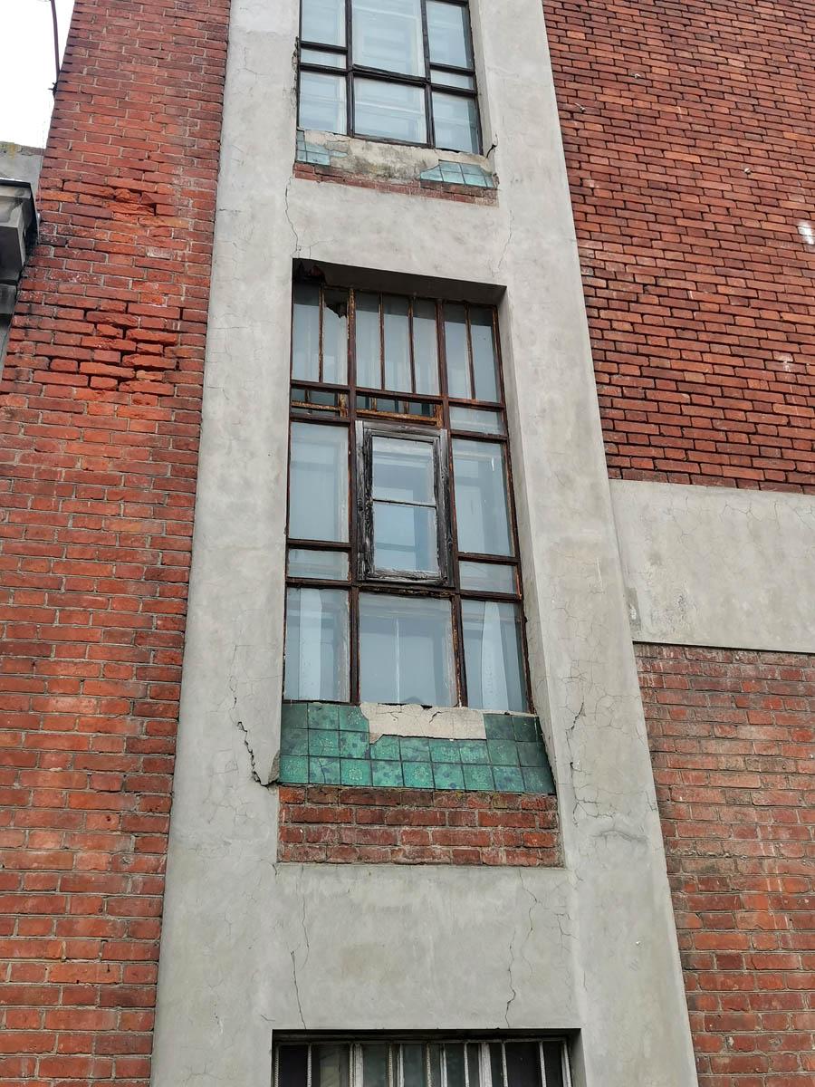 Трещины, отвалившаяся плитка. В плохом состоянии, но зато родные рамы окон.