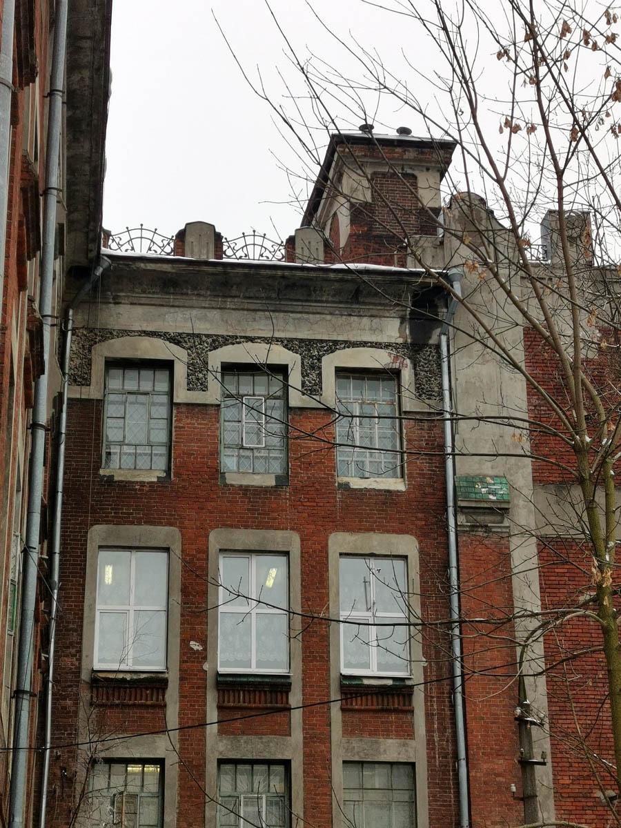 Правда, исторические окна кое-где заменены на пластиковые. Красивые решетки на крыше.